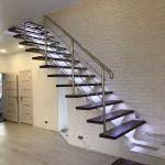лестница с подсветкой и перила из нержавейки